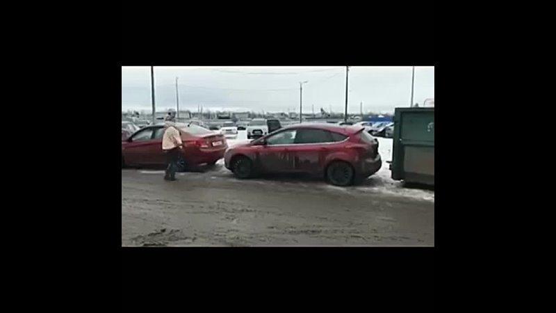 Как блондинка выезжает из парковки mp4