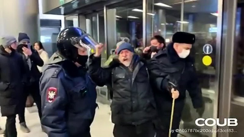 В аэропорту с Навальным очумелый дед