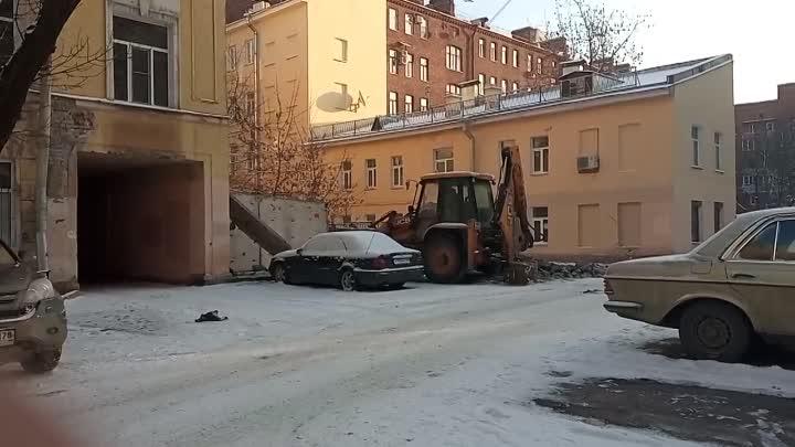 На 5-ой линии Васильевского острова трактор сносит гараж. Хозяин припаркованного рядом Мерседеса...