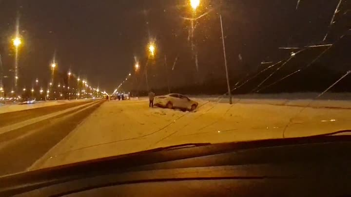 На Пулковском шоссе, перед поворотом на порт, Обледенелая колейность, повыкидывала спешащих и неакку...