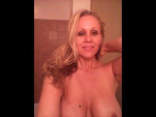 Julia Ann мамочка собирается принять душ