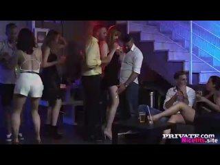 Anny Aurora трахается в туалете ночного клуба с двумя парнями отсос минет двоим ебут