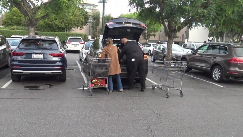 24 декабря 2020 Джессика Альба покидает супермаркет Bristol Farms Лос Анджелес США