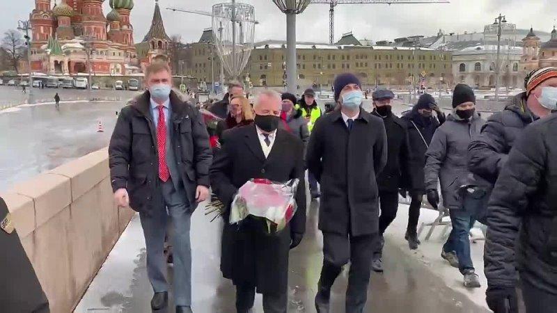 Посол США Джон Салливан возложил цветы к мемориалу Немцова на Большом Москворецком мосту