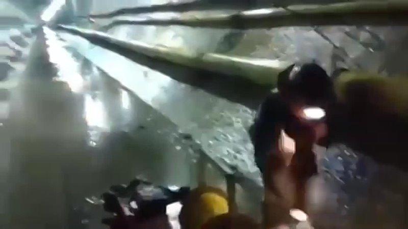 Ударная волна от взрыва проносится по туннелю