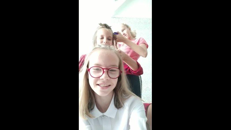 Милые школьницы делают друг другу причёски