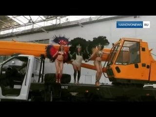 Полуголые девушки в перьях станцевали на автокране «Ивановец».