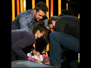 Участница телешоу в США упала в обморок на сцене