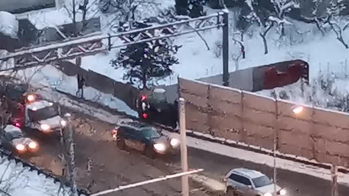 Напротив дома 89 по Рябовскому шоссе автомобиль вылетел с дороги через отбойник.