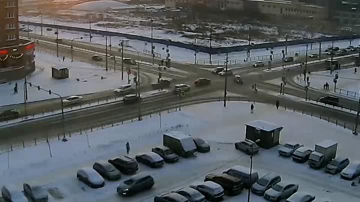 Утренняя авария на Парнасе на перекрестке Федора Абрамова и Николая Рубцова. Внедорожник проехал на ...