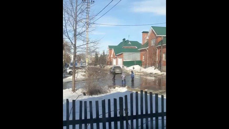 Пусть бегут неуклюже пешеходы по лужам в Татарстане