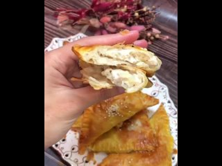 Ленивая самса  Ингредиенты:  Слоеное тесто Филе куриное Лук Соль и специи по вкусу  Приготовление:  Филе лук и специи перемешива