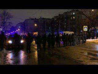 Полиция оттесняет людей около СИЗО