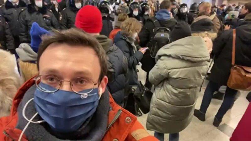 DW на русском Рейс Навального встречают в аэропорту Внуково в Москве Часть 3