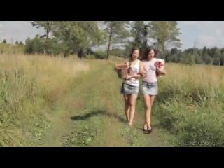две лесбияночки ласкают друг друга на природе