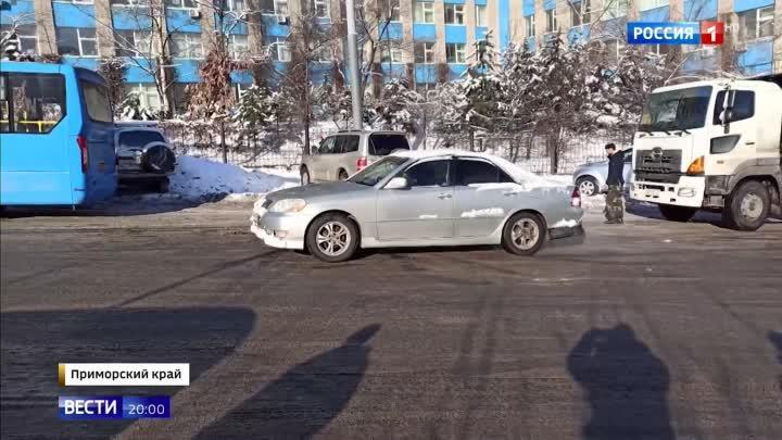 Гололед во Владивостоке: буксуют все