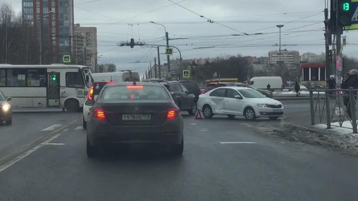 Маршрутка невинно пострадала в ДТП Хонды и Шкоды на перекрёстке проспекта Большевиков и Подвойского