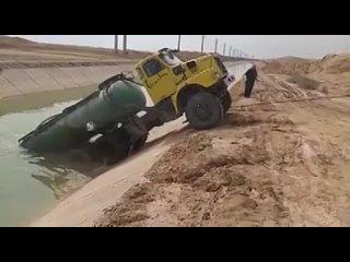 Когда ты хотел помочь грузовику, но что-то пошло не так.