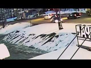 На видео попал момент наезда на второклассника. Ребенок выбежал перед движущимся авто. Школьник получил незначительные травмы