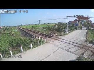 Едва не сбил поезд