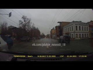 Момент наезда на женщину на пешеходном на улице Горького. Ижевск.  г.