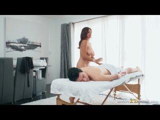 Сисястая латинская массажистка трахнулась с клиентом. Массаж масло отсос