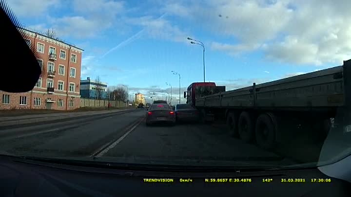 Авария на Октябрьской набережной, перед Приневской улицей, в сторону КАД.