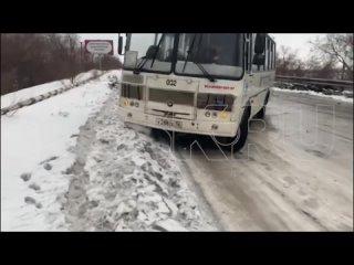 Из-за гололёда в Орске мост на Майку встал: видео