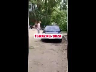 Здоровый мужик избил девушек
