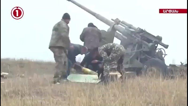 Расчёт 100-мм зенитного орудия КС-19 ВС Армении ведёт огонь позициям азербайджанских ВС.