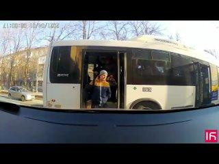 В Ростове автобус №66 уезжает, когда пассажиры еще не вышли  Регион 61