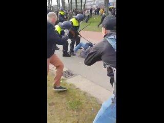 В Нидерландах полиция жестко бьет людей, вышедших на митинг против карантинных мер!
