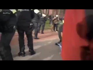 В Нидерландах полиция жестко бьет людей, вышедших на митинг против карантинных мер! 2 ч
