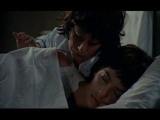 Пока женщина спит парень исследует ее голое тело (впервые увидел пизду женщины, под юбкой без трусов, голая подруга мамы)