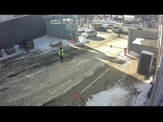 В Климoвске (Московская область) работяга в последний момент спас своего коллегу от смерти, вытащив того из будки, куда мгновени