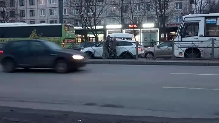 Между водителем Весты и маршрутки случилась драка около метро Дыбенко. Предположительно водитель под...