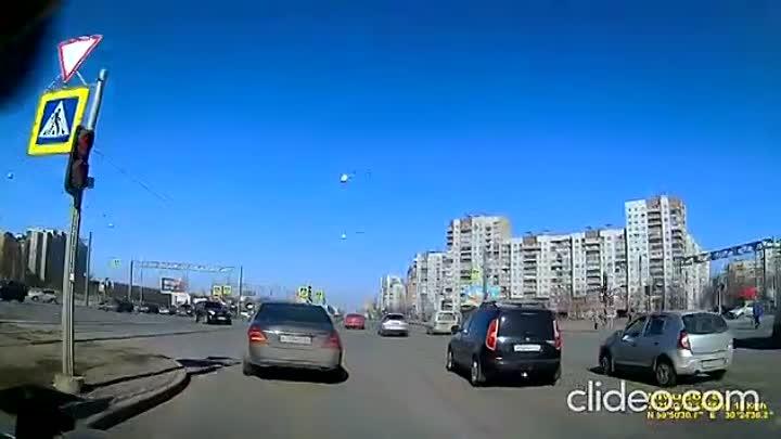 Видеозапись аварии на перекрёстке Дунайского и Бухарестской, где VW завалил Крету. Можно услышать ка...