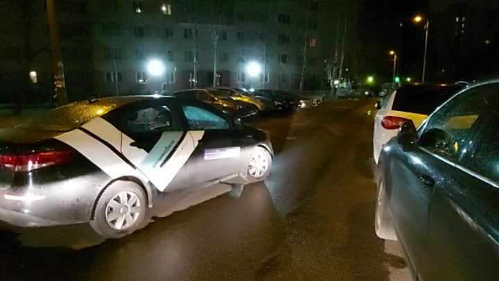 Пользователь каршеринга Делимобиль бросил машину, перекрыв двор на Маршала Захарова 36.