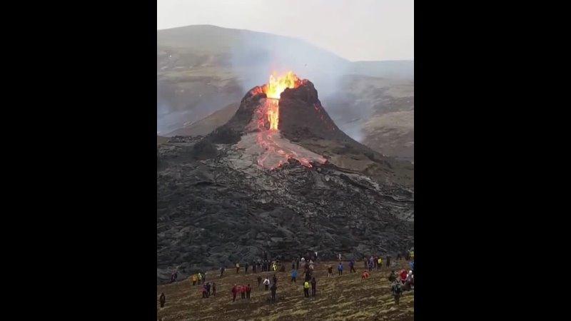 Активизировавшийся вулкан Ну и ладно! Постоим, посмотрим, красиво же!