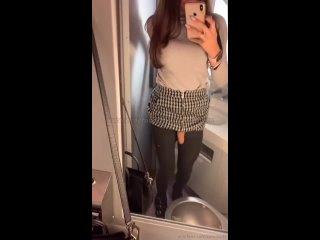 Транс девочка дрочит писечку в туалете самолета