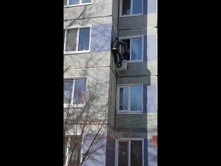 Пытался сбежать из дома через окно