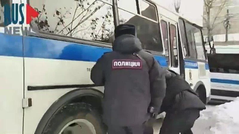 Полицейский ударил в голову задержанного