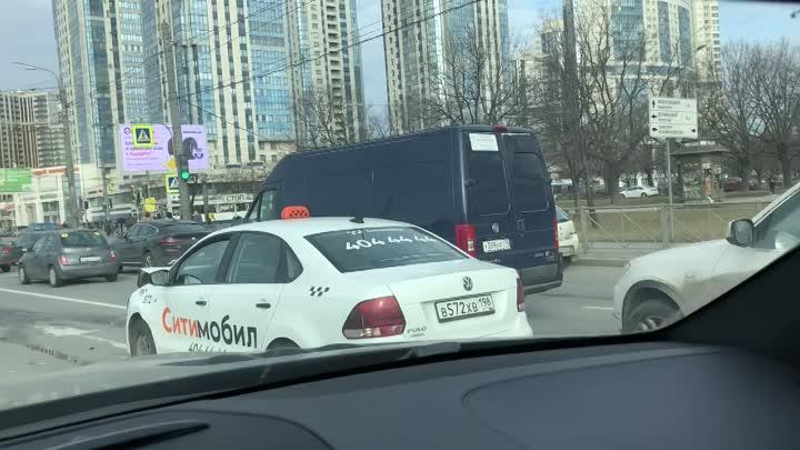 Слишком поздно замеченное водителем такси препятствие, поставило капот Фольксвагена в неудобное и не...