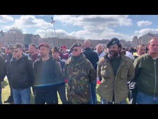 Des anciens combattants se placent en première ligne à Amsterdam aux Pays-Bas pour proté