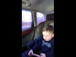 Принц едит мой малыш!даниэль смотрит в телефон мультик 🙏☝️