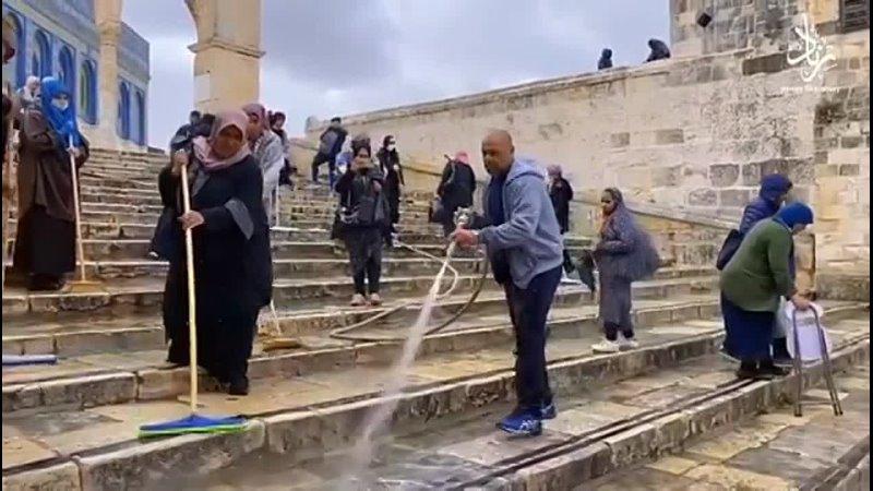 Палестинцы убирают дворы мечети Аль-Акса в рамках подготовки к священному месяцу Рамадан 🌙