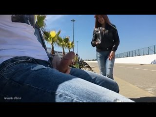 Русская девушка помогла дрочившему на улице парню .интересный диалог.порно