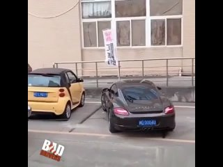 Показал, как правильно нужно парковаться...