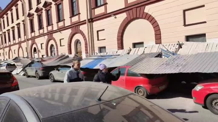 На канале Грибоедова забором укрыло припаркованные машины