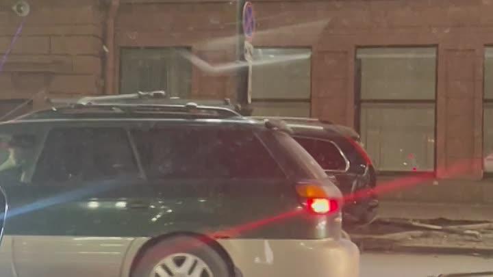 У парка Победы сильная авария,перевернулась машина и задела на обочине Volvo. Кажется снова кто-то...